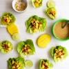 Wraps de lechuga rellenos de mango, tofu y salsa de maní