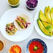 Tacos de pescado (fish tacos) con salsa de piña y chipotle