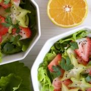 Ensalada de fresas y carambolos con vinagreta de naranja (y otros aderezos)