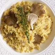 Risotto de pasta orzo con champiñones, limón y tomillo