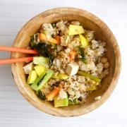Poke de arroz integral y vegetales