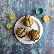 Pétalos de alcachofa con limón y miga de pan